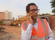 Der schweizerisch-angolanische Investor Jean-Claude Bastos auf der Baustelle seines Hochhausprojektes, das er mitten in der angolanischen Hauptstadt Luanda realisieren will. (Bild: SRF)