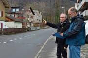 Benno Lottenbach (links) und Leo Wallimann begutachten die Situation an der Unterdorfstrasse. (Bild: PD)