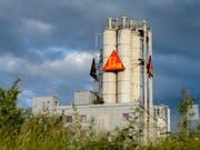 Der Chemiekonzern Sika - im Bild die Fabrik in Düdingen - legt ein milliardenschweres Übernahmenangebot für den französischen Mörtelhersteller Parex vor. (Bild: KEYSTONE/JEAN-CHRISTOPHE BOTT)