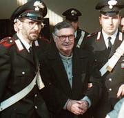 Salvatore «Toto» Riina beim Gang in den Gerichtssaal Anfang Januar 1996. (Bild: Gianni Schicchi/AP; Bologna)