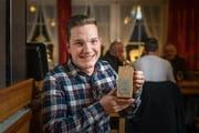 David Füger hält die Auszeichnung für seinen ersten Platz.(Bild: Michel Canonica)