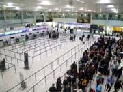 Die britische Regierung zieht Konsequenzen aus den tagelangen Störungen des Flugverkehrs am Flughafen Gatwick durch Drohnen. (Bild: KEYSTONE/AP PA/GARETH FULLER)