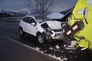 Der Lastwagenchauffeur musste stark bremsen, worauf eine Autofahrerin ins Heck des Lastwagens prallte. Bild: Zuger Polizei