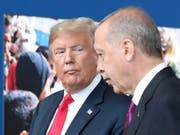 Der türkische Präsident Recep Tayyip Erdogan (rechts) hat den Entscheid von US-Präsident Donald Trump, die US-Truppen in Syrien zu reduzieren, in einem Gastbeitrag gelobt. (Bild: KEYSTONE/AP POOL EPA/TATYANA ZENKOVICH)