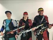 Alexandra Imhof (von links), Jana Gisler und Rolf Lehman schossen sich beim Freundschaftswettkampf auf das Siegerpodest. (Bild: PD)