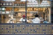 Mitarbeiter bereiten frische Take-away-Esswaren zu im ersten Amazon-Go-Laden in Downtown Seattle. (Bild: Mike Kane/Bloomberg (17. Januar 2018))