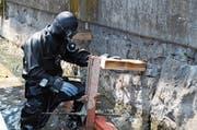 Ein Arbeiter in Tauchermontur bei der Sanierung des Schiffstegs Buochs. (Bild: Matthias Piazza (12. Juli 2018))