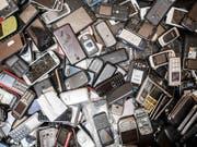In ausgedienten Elektronikgeräten schlummert ein Schatz an seltenen Metallen. In der Schweiz werden aber beispielsweise Neodym und Indium kaum wiedergewonnen. (Bild: KEYSTONE/AP/GEERT VANDEN WIJNGAERT)
