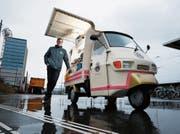 Beim Kaffee-Mobil der Kult-Marke Piaggo, das auf der Nordseite des Bahnhofs steht, wird der Kaffee zubereitet. Das Bild zeigt Benno Stäheli, der das Projekt gemeinsam mit Paul Binkert initiiert hat. (Bild: Stefan Kaiser (Rotkreuz, 8. Januar 2019))