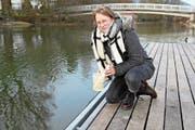 Julia Zwickl bei der Messung der Wasserqualität an der Sarneraa. (Bild: Romano Cuonz (Sarnen, 12. Dezember 2018))