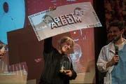 Belia Winnewisser freut sich mit Moderator Samuel Konrad über den Preis für das beste Album. (Bild: Dominik Wunderli (Luzern, 9. Januar 2019))