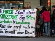 Dieses Jahr darf in Davos gegen das WEF demonstriert werden. Auch in anderen Städten wie 2016 in Zug war gegen die Veranstaltung protestiert worden (Archivbild). (Bild: KEYSTONE/ALEXANDRA WEY)