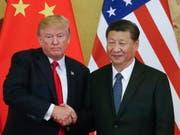 US-Präsident Donald Trump und der chinesische Präsident Xi Jinping hatten unlängst überraschend den Dialog über den Handelsstreit aufgenommen und nun gibt es Bewegung bei den Unterhändlern. (Bild: KEYSTONE/EPA/ROMAN PILIPEY)