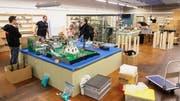 Gut 15 Mitglieder des Lego-Clubs SwissLUG bauen in der Erlebniswelt Toggenburg die Ausstellung auf. (Bild: Sascha Erni)