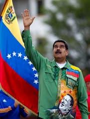 Nicolás Maduro während einer Wahlkampfveranstaltung in der Hauptstadt Caracas. Auf seinem Hemd aufgedruckt, das Konterfei seines verstorbenen Vorgängers Hugo Chávez. Bild: Cristian Hernandez/EPA (17. Mai 2018)