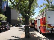Rettungskräfte betreuen Mitarbeitende des französischen und indischen Konsulats in Melbourne. Bei mehreren diplomatischen Vertretungen sind verdächtige Sendungen eingegangen. (Bild: KEYSTONE/EPA AAP/KAITLYN OFFER)