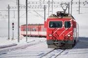 Ein Zug der Matterhorn-Gotthard Bahn auf dem Oberalppass. (Bild: Urs Flüeler / Keystone, 14. Dezember 2018)