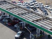 In Mexiko hat eine Änderung im Verteilsystem von Benzin zu Engpässen an Tankstellen und Hamsterkäufen geführt. (Bild: KEYSTONE/EPA EFE/FRANCISCO GUASCO)