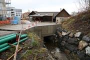 Hier verschwindet der Mühltobelbach noch im Untergrund und fliesst unter dem alten Werkhofgebäude hindurch. (Bild: Sandro Büchler)