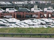 Die EU will definitive Strafzölle auf Stahlimporte einführen und hat die WTO letzten Freitag darüber informiert. Die Schweizer Stahlproduzenten, die wichtige Teile für die EU-Automobilindustrie liefern, dürften mit einem blauen Auge davonkommen: Sie erhalten spezifische Schweiz-Kontingente. (Bild: KEYSTONE/CHRISTIAN BEUTLER)