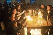 Kapelle zum Unteren Heiligen Kreuz in Altdorf: Vor dem Gottesdienst entzünden serbisch-orthodoxe Gläubige Kerzen zu Ehren der Lebenden und Verstorbenen. (Bild: Christoph Hirtler (Altdorf, 6. Januar 2019)