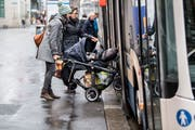 Das Einsteigen mit Rollstuhl oder Kinderwagen ist bei heutigen Bushaltestellen oft erschwert. (Bild: Nadia Schärli (Luzern, 8. Januar 2019)