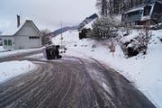 Der umgestürzte Land Rover. (Bild: Zuger Polizei)