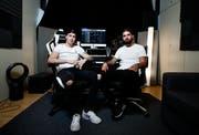 Die beiden DJ's Danny Carlson (Dennis Petermann) und Robin Tune (Robin Tiedemann) bauen in einer alten Lagerhalle im Industriegebiet von Cham ein neues Tonstudio auf. (Bild: Stefan Kaiser, Cham, 28. September 2019)
