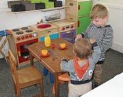 Kinder testen die Spielküche im «Schnäggehüsli». (Bild: PD)