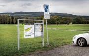 Für zivile Automobilisten gelten auf den Parkplätzen des Armee-Waffenplatzes in der Grossen Allmend seit Mai offiziell Parkscheibenpflicht sowie eine maximale Parkdauer von sechs Stunden. (Bild: Andrea Stalder)