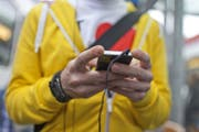 Die Generation Z flirtet gerne via Smartphone. (Bild: KEYSTONE/Gaetan Bally)