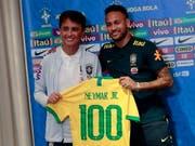 Stürmerstar Bebeto, Weltmeister von 1994, überreicht Stürmerstar Neymar (rechts) das symbolische Leibchen für das 100. Länderspiel (Bild: KEYSTONE/EPA/WALLACE WOON)