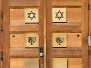 Der Eingang einer Synagoge in Zürich. Der Bund beteiligt sich künftig an den Sicherheitskosten für Minderheiten, die besonders gefährdet sind, Ziel von Anschlägen zu werden. (Bild: KEYSTONE/CHRISTIAN BEUTLER)