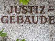 Das Bezirksgericht Visp sprach am Donnerstag einen Barmann wegen sexueller Handlungen mit einer Minderjährigen schuldig. (Bild: KEYSTONE/CHRISTIAN MERZ)