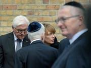 Bundespräsident Steinmeier (links) mit seiner Gattin Elke Büdenbender an der Synagoge von Halle. (Bild: KEYSTONE/AP/JENS MEYER)