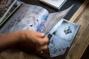 Verena Schiegg hat Bilder ihrer Arbeiten in einem Buch festgehalten.