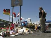 Blumen und Briefe für die Opfer des Anschlags in El Paso - der mutmassliche Schütze erklärte sich vor Gericht für unschuldig. (Bild: Keystone/AP/CEDAR ATTANASIO)