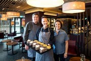 Remo und Monika Fehlmann mit Mitarbeiterin Franziska Katzorreck (Mitte, chef pãtissière) sind bereit für weitere Kundschaft. (Bild: Eveline Beerkircher, 10. Oktober 2019)