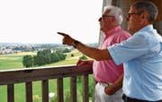 Auf dem Gewerbeturm oberhalb von Amriswil diskutieren Jörg Luterbacher und Theo Dürig die bauliche Entwicklung in der Region. Bild: PD