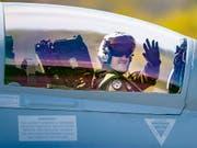 Schweizer Militärpiloten können ab sofort bei den zivilen Fluggesellschaften Swiss und Edelweiss einen dreijährigen Teilzeit-Stage absolvieren und so sowohl Militärjets als auch Verkehrsflugzeuge fliegen. (Bild: KEYSTONE/VALENTIN FLAURAUD)