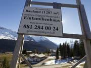 Die Schweizer Bevölkerung lebt gern geräumig - sofern sie es sich leisten kann. Eine Million der 1,75 Millionen Gebäude mit Wohnnutzung sind Einfamilienhäuser. Im Schnitt residieren 12,5 Mal mehr Schweizer Haushalte in Einfamilienhäusern als ausländische. (Bild: Keystone/ARNO BALZARINI)