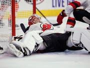 Die New Jersey Devils (im Bild Goalie Cory Schneider) verlieren auch das dritte NHL-Saisonspiel (Bild: KEYSTONE/FR148949 AP/TOM MIHALEK)
