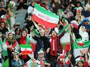Rund 4000 Frauen durften in Teheran das WM-Qualifikationsspiel Iran - Kambodscha im Stadion mitverfolgen (Bild: KEYSTONE/EPA/ABEDIN TAHERKENAREH)