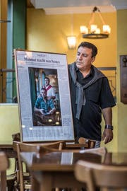 Den Zeitungsartikel zur Restaurantübergabe hat Mahmut Özdemir rahmen lassen. Nun ist sein Sohn verschwunden. (Bild: Michel Canonica)