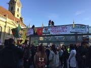 Hunderte Kurdinnen und Kurden protestierten in Bern am Freitagabend gegen die türkische Offensive in Nordsyrien. (Bild: Therese Hänni Keystone-sda)