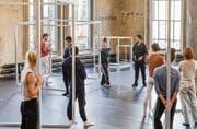 Tänzer, Metallkuben und Kinsun Chan. (Bild: Hanspeter Schiess)