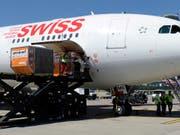 Ein Flugzeug der Fluggesellschaft Swiss auf dem Flughafen Kloten (Archivbild). (Bild: KEYSTONE/STEFFEN SCHMIDT)