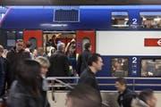 Die SBB mussten Passagiere bei Herbstferienbeginn aus überfüllten Zügen am Gotthard weisen. (Bild: Keystone)