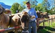 Sepp Mathis präsentierte seine Kuh «Grimsel» an der Viehschau in Engelberg. (Bild: Beat Christen, 11. Oktober 2019)