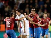 Die tschechischen Spieler jubeln nach ihrem wertvollen Heimsieg gegen England (Bild: KEYSTONE/AP/PETR DAVID JOSEK)